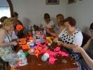 Warsztatach robienia kwiatów i ozdób z bibuły